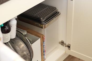 まな板や包丁などはシンクの下など、すぐに使える場所に。少しでも「しまう」収納を意識することで、キッチン周りがすっきりするだけでなく、掃除もしやすくなります。ぜひ、キッチン周りのアイテムや調味料などは「しまう」ことを心掛けてみてくださいね。