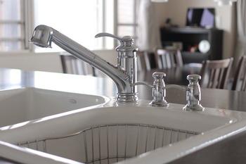 普段からシンクに洗い物や生ゴミをためないようにしておけば、シンク周りもキレイに保てますし、キッチン全体も心地いい状態に。食器洗いも楽しくなるかもしれません。