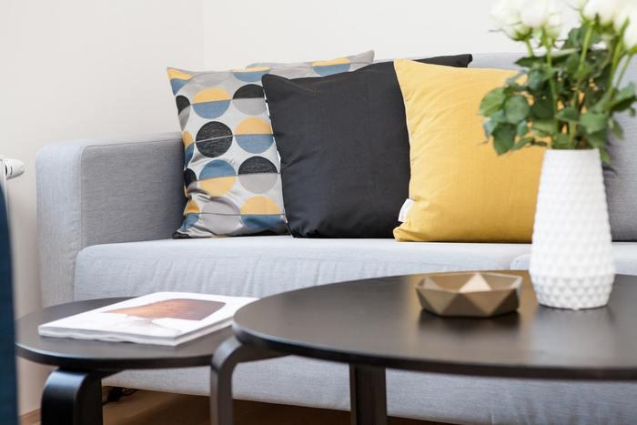 大きさの違うカフェテーブルを2つ組み合わせるコーディネートなら臨機応変に移動も出きて、模様替えを楽しめるのでおすすめ。お気に入りの空間で過ごせたらたっぷり休息できますね。