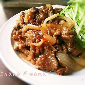豚こま肉とたっぷりの玉ねぎで作る節約生姜焼きレシピ。ご飯に乗せて丼にしても良いですね!
