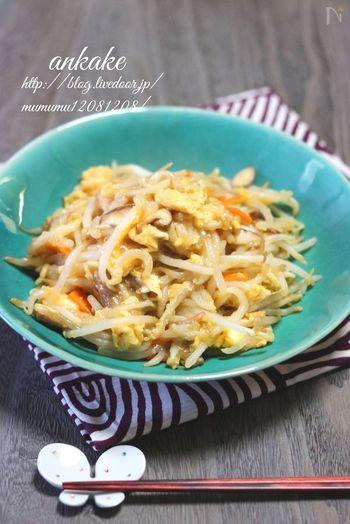 卵、モヤシ、人参と、まさに節約食材を見事に組み合わせたレシピです。こちらもご飯に乗せて丼にしてもGOOD!5分という短時間で作れちゃうのも嬉しいですよね。