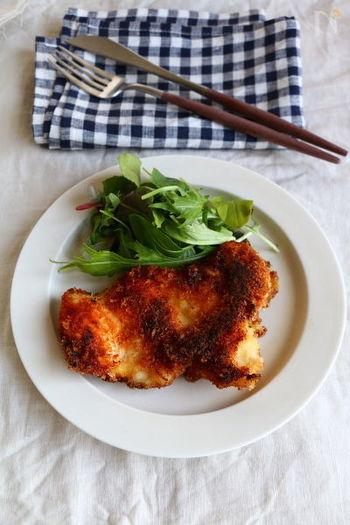 鶏胸肉で作るイタリアンなチキンカツレツレシピ。ワインにもぴったりなレシピです。