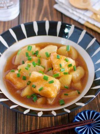 鶏胸肉と大根をこっくり煮込んだ甘辛のトロトロ煮込みレシピです。こんなにトロトロなのに10分間煮るだけでできちゃうので忙しい夜でもパパッと作れて便利です。