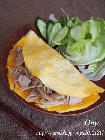 ベトナムのお好み焼きバインセオ。モヤシと豚こまを炒めて、薄く焼いた卵で包めば完成です。節約と言いつつ、なんだか贅沢な気分になれるのでおすすめのレシピですよ。レシピ上は豚バラになっていますが、豚こまでもバッチリ作れちゃいますよ。