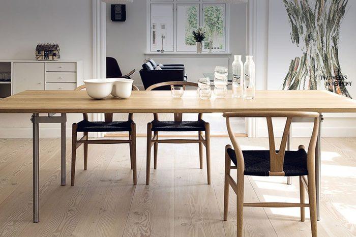 そのようなデザイナーズ家具を、ぜひあなたのお家にも迎え入れてみませんか?今回は部屋にあわせやすい【椅子】に焦点をあてて、名作の数々をご紹介します。家族の成長を温かく見守り、ときには励ましてくれるような、いつもの暮らしに欠かせない存在になってくれるはず。