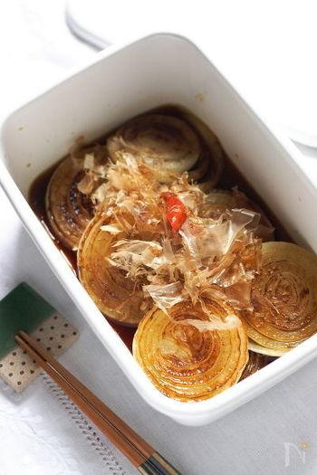 焼き色をつけた玉ねぎをめんつゆに浸して作る、玉ねぎの焼きびたし。冷蔵庫で冷やして保存もきくので付け合わせにもう一品欲しい時に重宝しますよ。