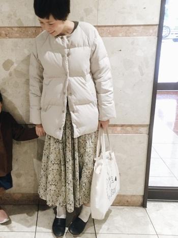 繊細な小花が舞うスカートで、可憐なエッセンスを注入。コートはノーカラーにすると、グッとレディー度が高まります。