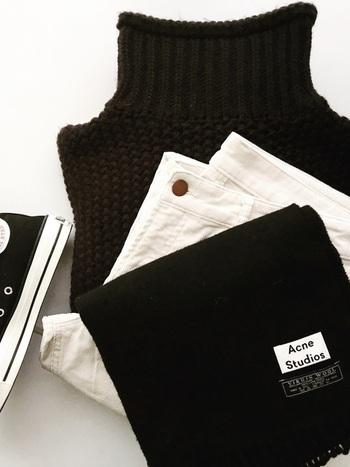 """簡単に大人っぽさが手に入るモノトーンコーディネート。よりスタイリッシュに仕上げたいのなら、あえてグレーは使わないというアプローチが◎ 。""""真っ白""""と呼べるようなピュアホワイトと、""""漆黒""""という名にふさわしい深みのあるブラック。そんなに2色に絞ることで、パキッとしたた美しいコントラストが生まれ、ワンランク上のモノトーンスタイルが出来上がるんです。では早速、おしゃれさん達のお手本コーディネートを見てみましょう!"""