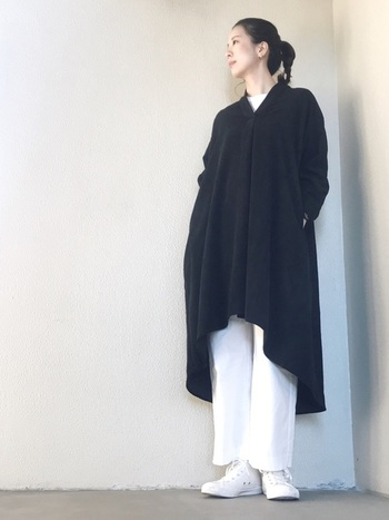 ボリューミーなブラックワンピースも、ホワイトパンツを仕込めば明るいイメージにシフト。