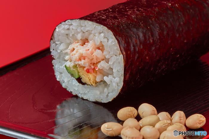 「恵方巻き」とは、節分に食べる太い巻き寿司のこと。その年の吉をもたらす方角(恵方)に向かい、黙って願い事をしながら1本を丸かじりする習慣があります。巻き寿司を切らずに丸ごと食べるのは、縁をきらないという縁起をかついだもの。