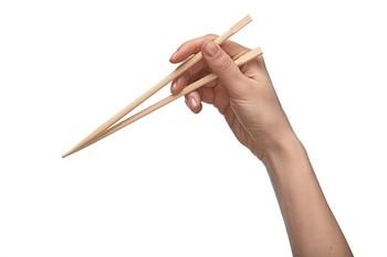先ほどのチェックにあてはまらなかった…という人も大丈夫。大人でもお箸の持ち方は矯正可能です◎ 次のステップで、正しいお箸の持ち方・使い方をマスターしましょう! ①まずは上のお箸の持ち方。お箸を一本だけ鉛筆を持つように、人指しと中指と親指で持ちます。 ②次は一本だけ持っている状態で、お箸を動かす練習。人指し指と中指を少し曲げて、箸先を上下させます。 ③上のお箸を持った状態で、親指の付け根に下のお箸を差し込みます。 ④二本揃ったら、箸先をそろえて上のお箸だけを上下して箸先がぴったりつくように練習します。