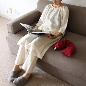 ゆっくり時間をかけて丁寧に手紡ぎされた、無農薬コットン100%のパジャマです。表面はポコポコとした凹凸のある蜂巣織りで、さらっとした肌触り。ゆったりとしたワンピースタイプで、快適な眠りにぴったりです。