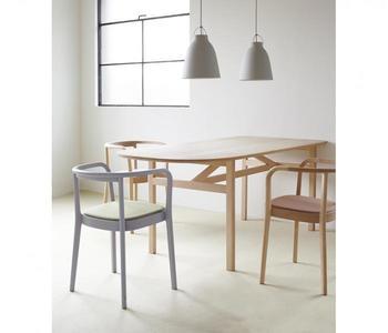 創業から70年にわたり高い技術力で独自の家具を作り続けてきた「日進木工」ならではの、細やかな職人技が随所に息づいています。そのようにして作られた「MOKU CHAIR」は、体を優しく受け止める機能性だけでなく、上品な美しさも伴っています。