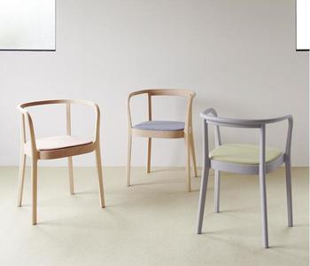 """デンマーク出身の女性デザイナー、セシリエ・マンツが、飛騨高山の「日進木工」とタッグを組んで創り出した""""moku""""シリーズ。""""世界に誇れる日本の家具""""をつくるという、アクタスによって2013年より始動された本プロジェクトは、完成までに3年もの年月を要したそう。"""