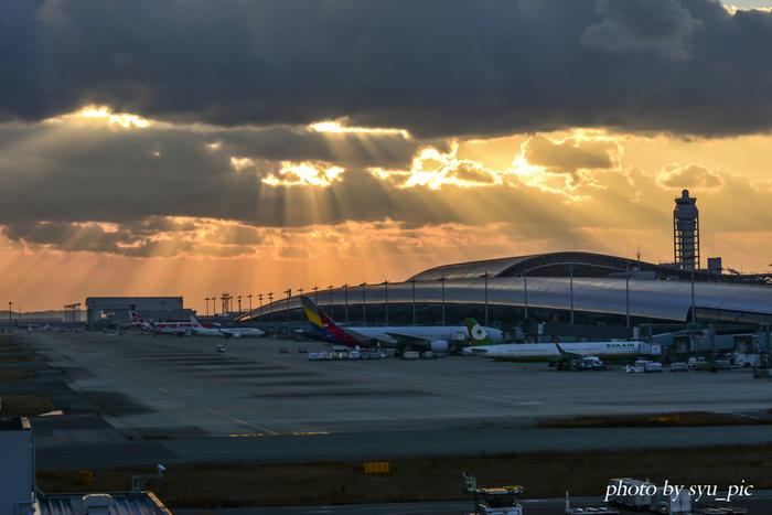 大阪には、現在は国内線のみの大阪国際空港と、国内線・国際線のある関西国際空港のふたつがあります。なかでも関西国際空港は海外からの利用者が多く、いつもたくさんの外国人旅行者でにぎわっています。