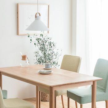 インテリアの中でもこれ以上ないほどのリラックス感をもたらしてくれるだけでなく、どんな型やサイズのお部屋でも馴染みやすく、明るくフレッシュな空間に仕上げてくれます。柔らかな色味なので空間に広がりを感じることでしょう。
