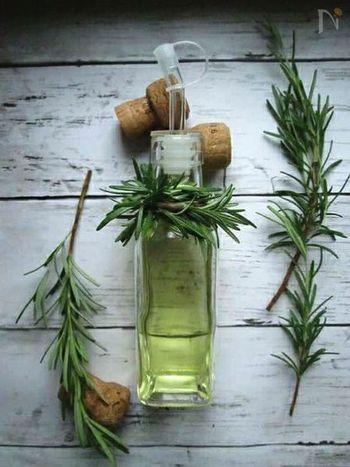 こちらは、ローズマリーを刻んで熱することで、より香りを引き出す方法。ローズマリーらしい豊かな香りを楽しみたい方におすすめ。オイルにハーブが入るとえぐみが出ますので、必ず濾しましょう。