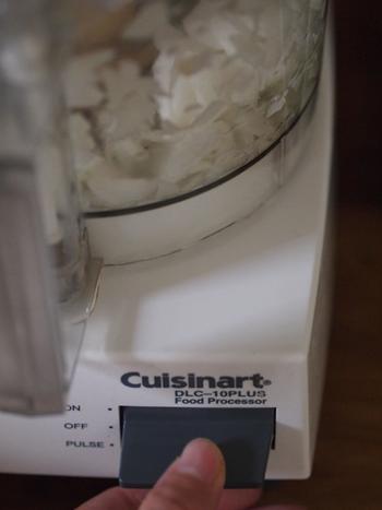 主に野菜などを細かくカットするのに使います。刃が回転するタイプが主で、包丁では手間のかかるみじんぎりなどが速くできますよ。