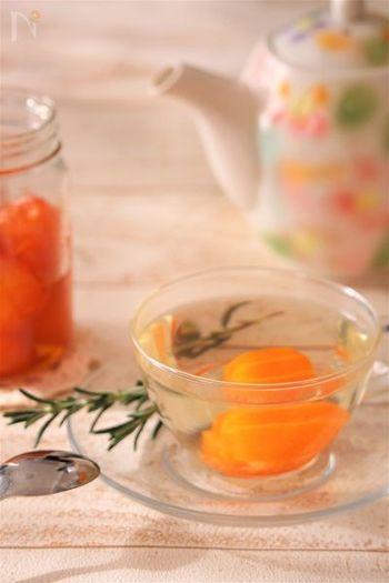 ローズマリーの華やかな香りのハーブティーに、金柑の甘露煮を入れて。甘くて清々しくて、頭がすっきりしそう。身体にもよさそうですね。