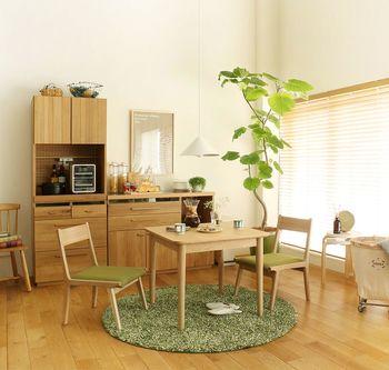 白い壁にしっくりと馴染むホワイトオーク材を基調に作られたキッチン収納。ラグや椅子の配色も明るめのグリーンで揃えて、すっきり爽やかな空間に仕上がっています。 キッチンボードとキッチンカウンターを組み合わせて。コンパクトですが収納力は抜群。