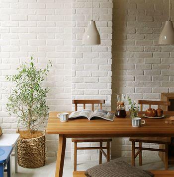 まっすぐに走る木目の美しさに気持ちもすっきりする、オーク無垢材のテーブル。清潔感があります。