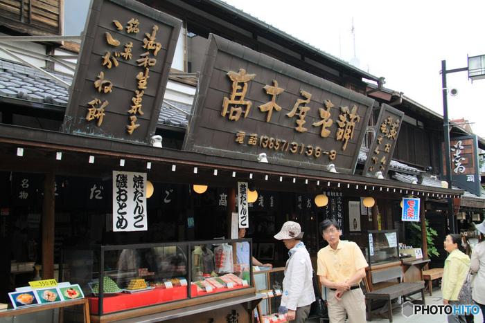 参道の途中でひときわ賑やかなお店「高木屋老舗(たかぎやろうほ)」。食べ歩きにぴったりの串団子やせんべいのほか、店内ではゆっくり甘味やおでん、茶飯などがいただけます。