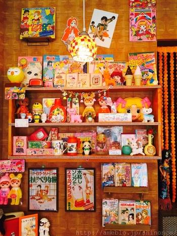 店内には、懐かしいキッチュなアイテムが、所狭しと飾られています。キャンディキャンディなどの懐かしいアニメや当時の雑誌も読めるので、ついつい長居してしまいそう。