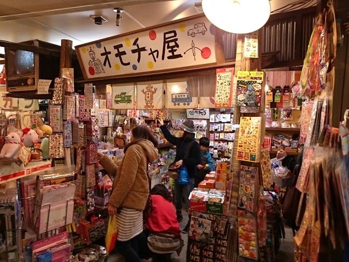 1階のハイカラ横丁には、昔懐かしい駄菓子やプロマイド、おもちゃ屋さんが。子どもから大人までついつい宝探しに夢中になってしまいます。