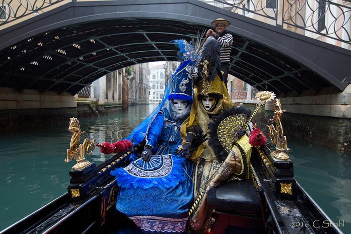 ヴェネツィアは、仮面舞踏会発祥の地でもあります。毎年春頃にヴェネツィア・カーニバルが開催され、街の中は、華やかな衣装と仮面をまとった人々で賑わいます。