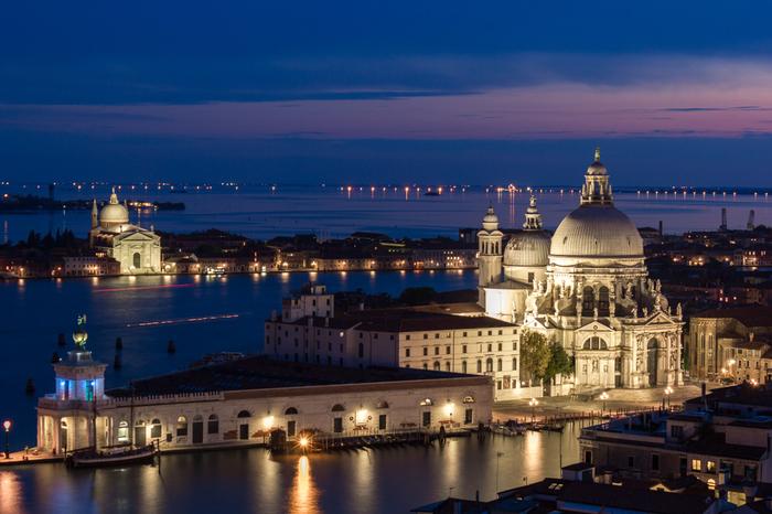 ヴェネツィアでは夜景の美しさも傑出しています。藍色の夜空を背景に、ライトアップされて白く浮かび上がる歴史的建造物をアドリア海が映し出す様は幻想的で、息を呑むほどの美しさです。