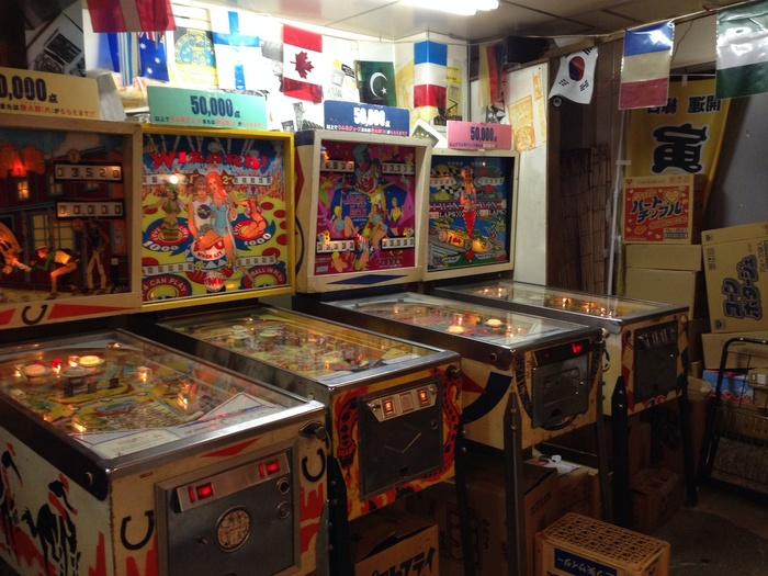 また、1階の奥には懐かしのゲームコーナーが。ピンボールやじゃんけんゲームなどで、実際に遊んでみましょう。2階の「おもちゃ博物館」では、実はおもちゃメーカーが集中する葛飾区ならではの、レトロで懐かしいおもちゃがたくさん。漫画原作家・黒沢哲哉さんがおもちゃ屋や駄菓子、露店等で集めた貴重なコレクションが展示されています。