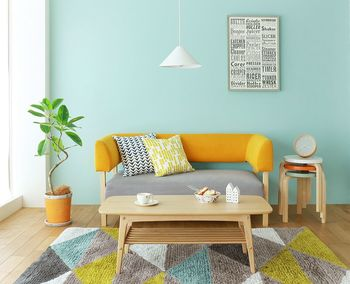 日本の住宅では白を基調にしているところが多いので、アクセントクロスがよく映えます。何より、好きな色や柄がいつでも目に入る場所にあると、ますます家への愛着が深まるもの。ぜひ記事を参考に、自分らしい素敵空間を実現してください♪