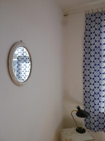 古い壁紙を剥がします。カッターで切れ目を入れるとペロンと簡単に剥がれます。(クロスの上から貼れる壁紙の場合は、この作業は不要です。)