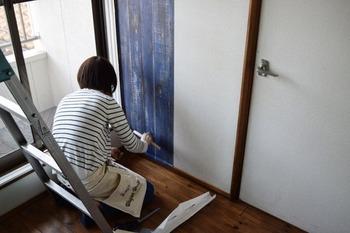 貼り付けたら、刷毛を使い空気を抜いて密着させます。壁紙の余った部分はカッターでカットして、ぴったりとサイズを合わせます。2枚目、3枚目も同じ要領で隙間ができないように貼り合わせたら完成です!