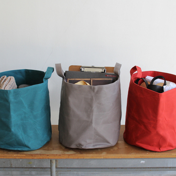 どうしてもお出かけするときに手荷物が多くなってしまう。そんな方は、収納力のある大きめのトートバッグがおすすめです。