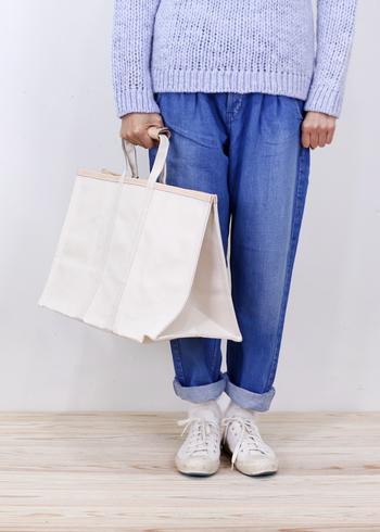 「TEMBEA(テンベア)」の大きめトートバッグは、四角い形が目を惹く個性的なデザイン。バッグ自体はキャンバス素材で作られていますが、持ち手の部分がレザー仕様になっているので、いつものコーデに合わせてもカジュアルになり過ぎません。