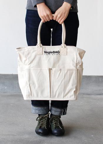 「siunaf kitchen(シウナフキッチン)」のトートバッグは、野菜を立てたまま収納できるようにと作られたベジバッグ。収納を第一に考えているのでポケットも多く、普段使いしても違和感のないデザインがとってもおしゃれです。
