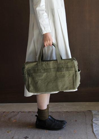 「ateliers PENELOPE(アトリエペネロープ)」のトートバッグは、横長の四角形が特徴的なデザイン。シンプルな四角形なのに、形を少し変えるだけでおしゃれ上級者の印象になりますね。