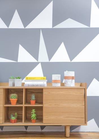 いろんな三角がたくさん並んだポップな壁紙。毎日楽しい気分で過ごせそう。