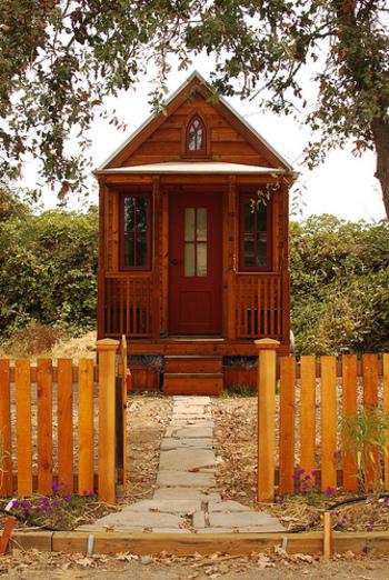 今回ご紹介する「タイニーハウス」(Tiny House)とは、直訳するとTiny(小さな)House(家)とそのままなのですが、海外では、木の上の小屋やコンテナーハウスなどを自分でカスタマイズして作ることから産まれたムーブメントだそうです。