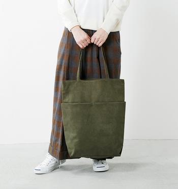 「FEEL AND TASTE(フィールアンドテイスト)」のトートバッグは、スエード素材で作られた大人気分のアイテム。雑誌も楽々入る大きめのサイズ感と、シンプルなのに上品な印象のデザインは、どんなコーデにも合わせやすいバッグです。