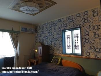 ブルーテイストの落ち着いた寝室にピッタリなモロッコ風のアクセントクロスでちょっぴりラグジュアリーな空間に。
