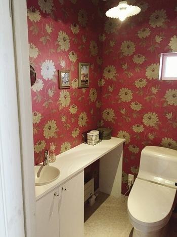 大きな花柄と落ち着いた赤のクロスで、トイレが一気に華やかに。