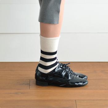 """通称""""おじ靴""""とも呼ばれるオペラシューズは、メンズライクな印象で靴下との相性が抜群なシューズ。ボーダーソックスと合わせて、マニッシュな印象にまとめるとおしゃれです。"""