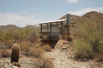 乾燥地帯にポツンと建てられたタイニーハウス。半透明のすりガラスが景色とマッチング。とてもフォトジェニックなタイニーハウスです。