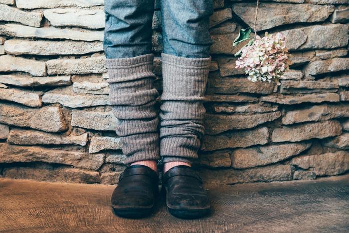 靴下にレッグウォーマーをプラスするという、足元コーデの選択もあります。こちらはデニムパンツの上からレッグウォーマーをかぶせて、ほっこり暖かい印象の足元を演出しています。