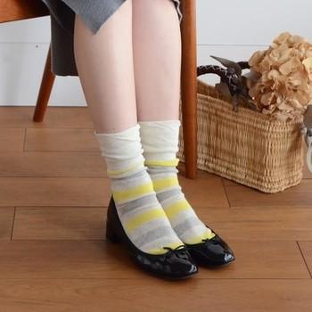 黄色やグレーのボーダーカラ―に、黒色のパンプスを合わせたコーデ。ベーシックカラ―のパンプスには、少し派手柄の靴下を合わせて遊び心のある足元コーデを楽しむのがおすすめです。 ただし色のあるボトムスを選ぶとバランスが悪くなるので、グレー、黒、白などのモノトーンのボトムスと合わせるようにしましょう。