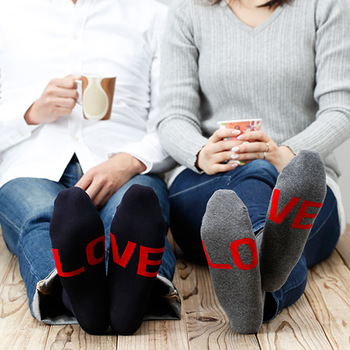 一見すると黒やグレーのシンプルな靴下ですが、足の裏側には隠された「LOVE」のメッセージが。親しい人にしか見せることのない足の裏側に隠されたメッセージの可愛さは、プレゼントにも最適なアイテムですね。