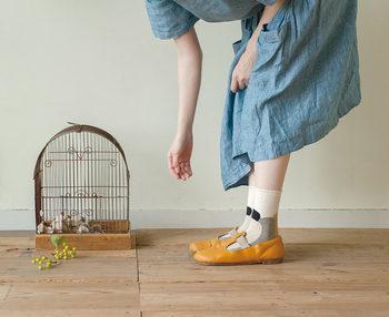 マスタードカラーのパンプスシューズに、柄ソックスを合わせたコーデ。ちらりと肌が覗くワンピースコーデは、柄ソックスを合わせやすいスタイルです。「可愛くて買ったけどどう履いたら良いの?」という靴下は、ワンピース×シンプルパンプスで着こなしましょう。
