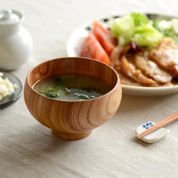 日本でも毎日使うものは、じっくり選び長く使う姿勢は見習いたいですね。  日本人ならば、ほぼ毎日お米を食べたりお味噌汁を飲む習慣があるはず。今使っているお茶碗やお椀を見直して、じっくりお気に入りを選び、食事の時にふっと心が和む一瞬を大切にするのもいいですね。